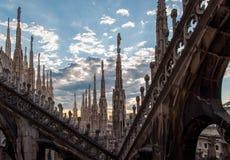 Copra il terrazzo di Milan Cathedral Duomo con le sue guglie e sculture, visto al tramonto Fotografia Stock