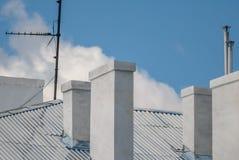 Copra la casa con il camino contro il cielo, fondo Immagine Stock Libera da Diritti