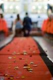 copra la cerimonia nuziale col tappeto rossa Immagini Stock Libere da Diritti