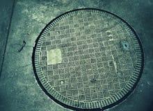 Copra lo scolo sulla strada non asfaltata immagini stock