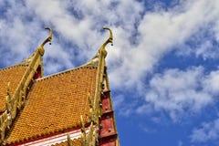 Copra lo stile del tempio tailandese con l'apice del timpano sulla cima con la s blu Immagini Stock Libere da Diritti