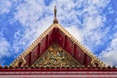 Copra lo stile del tempio tailandese con l'apice del timpano sulla cima con la s blu Immagine Stock