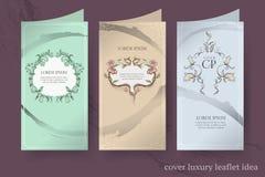 Copre l'opuscolo di lusso sui fiori premio e sulle foglie degli ambiti di provenienza , invito di nozze con i fiori e foglie su a illustrazione di stock