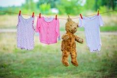 Coprendo e un teddybear su un clothesline fotografie stock libere da diritti