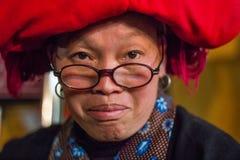 Copricapo di un colore rosso Sapa della donna di Hmong Fotografie Stock Libere da Diritti