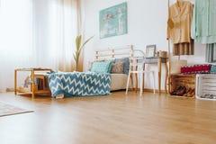 Copriletto e cuscini blu modellati Fotografia Stock