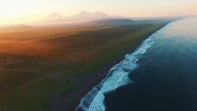 Copter που πετά στο ηλιοβασίλεμα πέρα από τη θάλασσα στα βουνά Πέταξε τον ωκεανό στην ανατολή Βουνά ομίχλης απόθεμα βίντεο