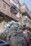 Coptic kristen i slumkvarteret Manshiyat Nasser, Kairo Egypten för Zabbaleen avskrädestad arkivbilder