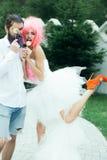 Copule divertido de la boda fotografía de archivo libre de regalías