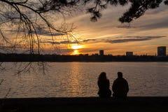 Copuple dopatrywanie sunsen nad jeziorem Fotografia Royalty Free