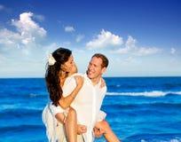 Copuple Strandferien in der Flitterwochenreise lizenzfreies stockbild