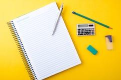 Copybook, crayon lecteur, crayon et tout autre matériel photo stock