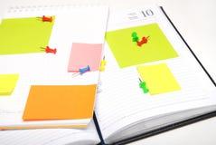 Copybook, notes vides colorées et broches photographie stock libre de droits