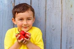 Copysp клубник лета плодоовощ клубники мальчика ребенк ребенка Стоковые Фотографии RF