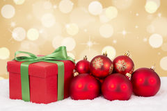 圣诞卡礼物装饰有金黄背景和copysp 免版税库存图片