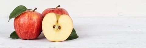 Copyspace Красного знамени плодоовощей плодоовощ куска яблока яблок на деревянном b Стоковые Изображения