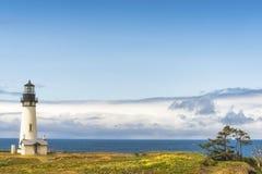Copyspace маяка и горизонта головы Yaquina Стоковые Изображения
