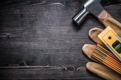Copyspace перчаток молотка с раздвоенным хвостом кожаных деревянных Стоковая Фотография RF