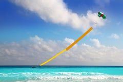 给海滩小船copyspace降伞黄色做广告 免版税库存照片