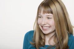 看Copyspace的愉快的十几岁的女孩 免版税图库摄影
