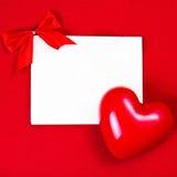 与copyspace的情人节卡片招呼的文本的。红色心脏 免版税库存图片