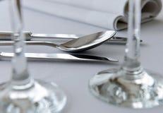 copyspace正餐典雅的叉子玻璃刀子菜单安排餐馆系列设置表婚礼 免版税库存照片