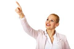 Молодая усмехаясь бизнес-леди указывая для copyspace или что-то Стоковое Изображение RF