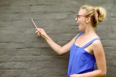 Copyspace bild av den unga upphetsade damen i exponeringsglas Fotografering för Bildbyråer