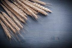 Copyspace-Bildohren des Weizens auf hölzernem Brett Stockfotos