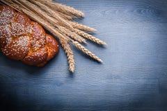 Copyspace-Bildohren des Weizens und des süßen Brötchens Stockfoto
