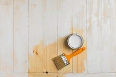 Copyspace com pincel e pode encontrando-se no fundo de madeira parcialmente pintado Vista superior Imagem de Stock Royalty Free