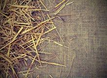 Copyspace con el fondo de la tela del yute y del granero de la paja Fotografía de archivo libre de regalías