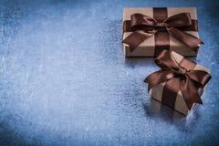 Copyspace dei contenitori di regalo con marrone piega il concetto di feste Fotografia Stock