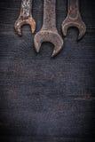 Copyspace delle chiavi di gancio di lerciume sul bordo di legno Fotografie Stock Libere da Diritti
