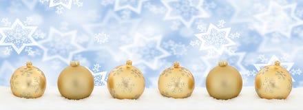 Copyspace dorato c di inverno della neve della decorazione dell'insegna delle palle di Natale Immagini Stock
