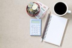 Copyspace du billet de banque a de page et de café et de pancil d'empyt de topview Photos stock