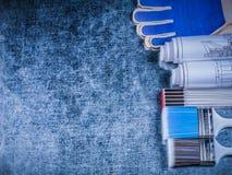 Copyspace hölzerne Metermalerpinsel von Schutzhandschuhen und von rol Stockbilder
