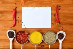 Copyspace jedzenia rama z notepad papieru pikantność i kulinarnymi akcesoriami Fotografia Stock
