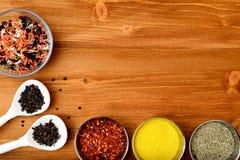 Copyspace-Lebensmittelrahmen mit Gewürzen und kochen Zubehör Lizenzfreies Stockfoto