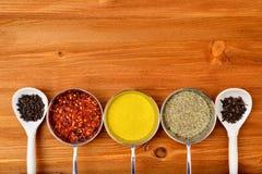 Copyspace-Lebensmittelrahmen mit Gewürzen und kochen Zubehör Lizenzfreies Stockbild