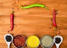 Copyspace-Lebensmittelrahmen mit Gewürzen und kochen Zubehör Lizenzfreie Stockfotos