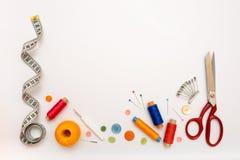 Copyspace-Rahmen mit nähenden Werkzeugen und Zubehör Stockfotos