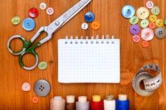 Copyspace-Rahmen mit nähenden Werkzeugen und Zubehör auf hölzernem Hintergrund Lizenzfreie Stockfotos