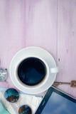 Copyspacebeeld van kop van koffie, tabletpc en Stock Afbeeldingen