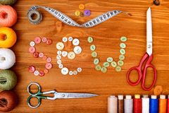 Copyspacekader met het naaien van hulpmiddelen en toebehoren op houten achtergrond royalty-vrije stock foto