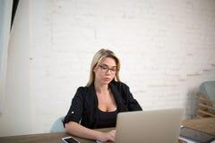 In copywriter esperto facendo uso del taccuino per informazioni di ricerca Immagine Stock