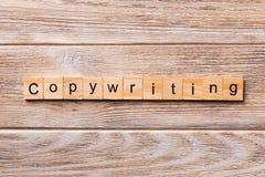 Copywriting słowo pisać na drewnianym bloku Copywriting tekst na drewnianym stole dla twój desing, pojęcie zdjęcia royalty free