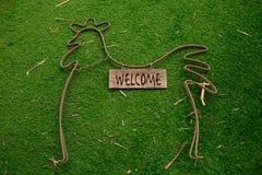Coq décoratif de décoration se trouvant sur l'herbe Photo stock