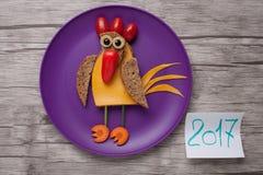 Coq de nouvelle année fait de pain, fromage et légumes Photos libres de droits
