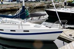 Coque bleue et blanche de voilier Photo stock